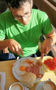 Desayunando en el restaurante del camping de las islas Cíes
