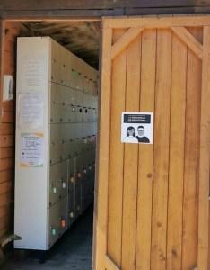 Taquillas para cargar aparatos electrónicos en el camping de las islas Cíes