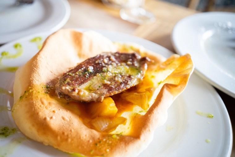Comida en el Restaurante Montecruz de Aracena: papadum de presa ibérica