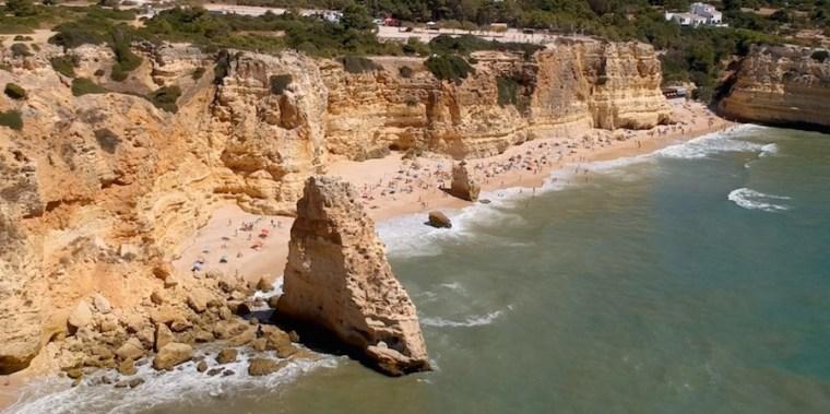 Playa de Marinha en el Algarve, una de las más bellas de Europa