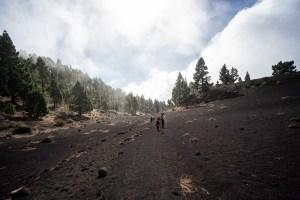 Senderistas recorriendo la ruta de los volcanes en La Palma