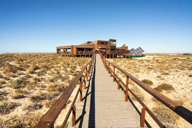 Pasarelas de madera y restaurante a la llegada a Ilha Deserta, Ría Formosa