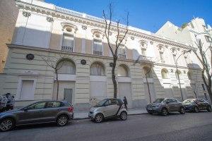 Fachada de estilo neoclásico del frontón Beti Jai, en Chamberí, Madrid