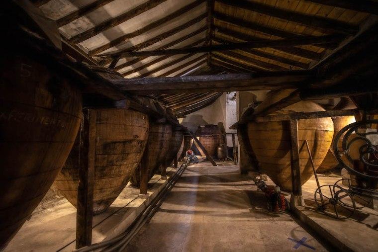 Tinajas de barro en la Bodega del Nero, Chinchón