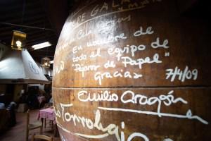 Tinajas firmadas en el Mesón Cuevas del Vino en Chinchón, Madrid
