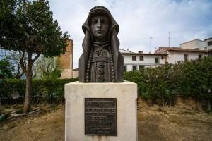 Estatua en honor a la Condesa de Chinchón que comercializó la quina en Europa