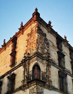 Balcón y escudo esquinados en el Palacio de los Marqueses de la Conquista, Trujillo