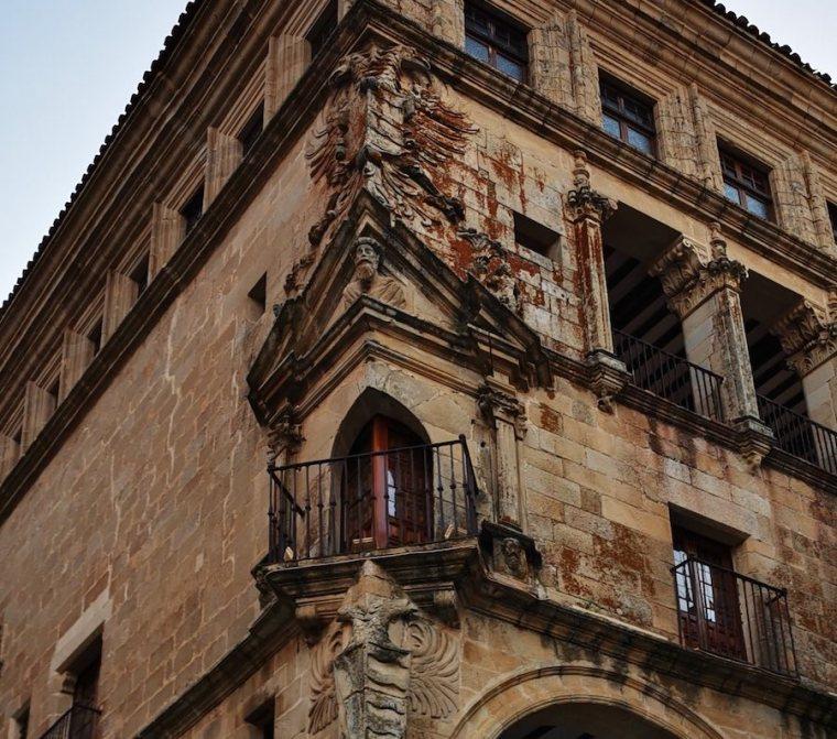Balcón esquinado en el Palacio de los Duques de San Carlos, Trujillo