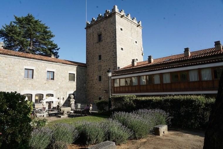 Torre y jardines del Parador Nacional de Ávila