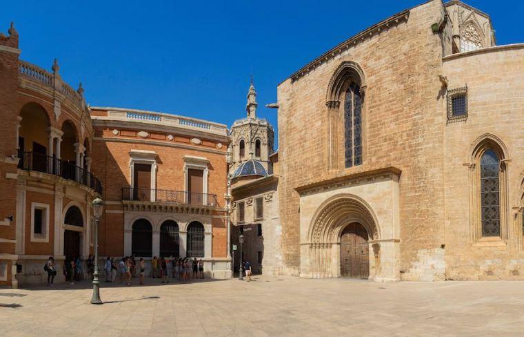 Puerta de la Almoina y torre Miguelete de la Catedral de Valencia