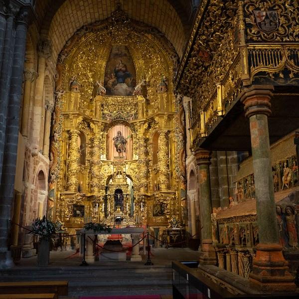 Sepulcro junto al Altar Mayor en la Basílica de San Vicente, Ávila