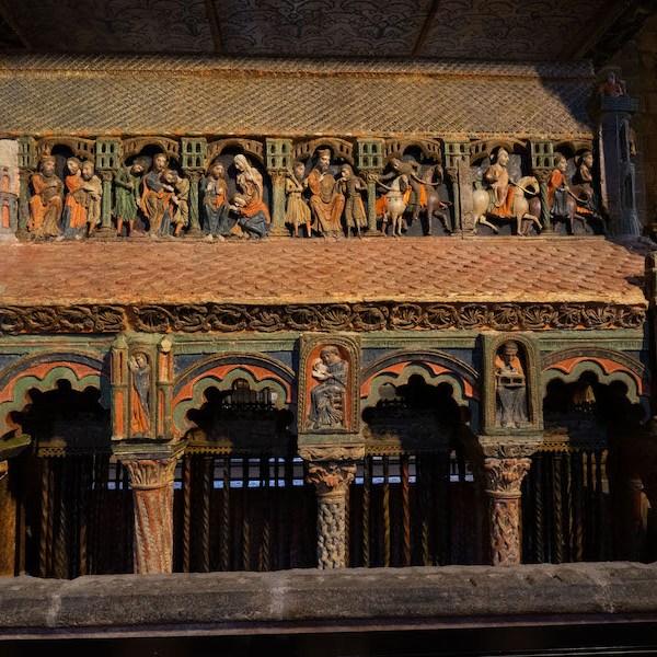 Relieves policromados contando la historia de los 3 mártires en la Basílica de San Vicente, Ávila