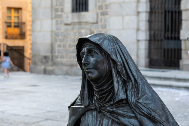 Estatua de Santa Teresa de Jesús delante de su iglesia, Ávila
