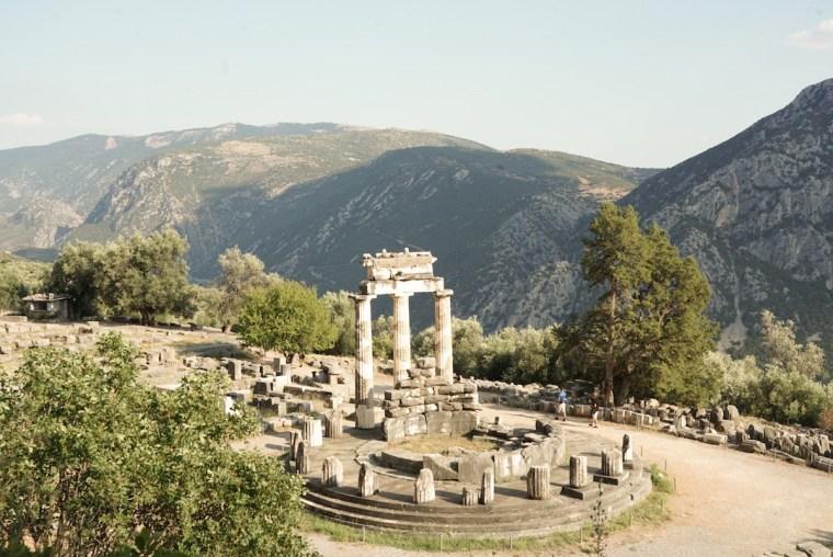 El Tholos en el templo de Atenas en Delfos, Grecia