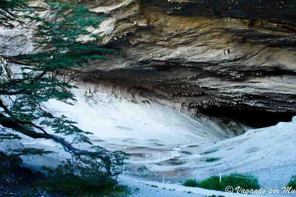 Explorando la Cueva del Milodon