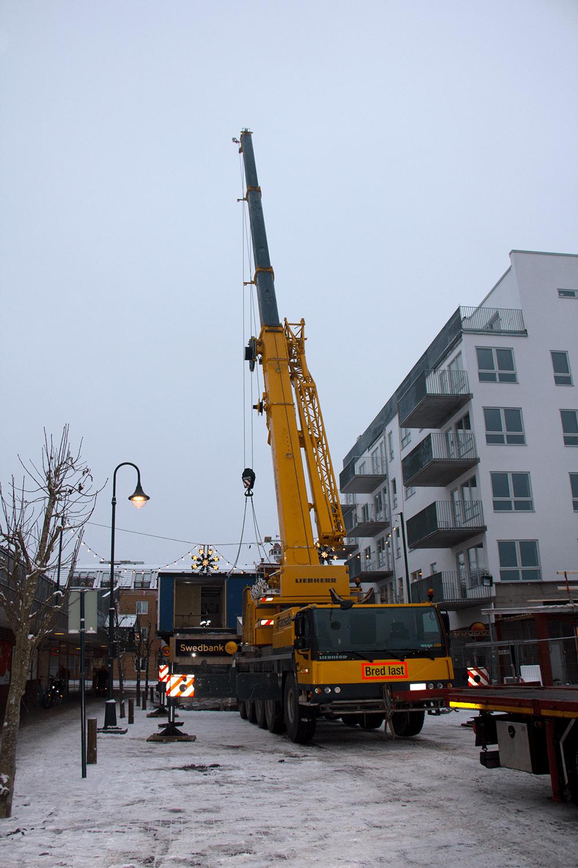Tisdagen den 30 december började byggbarackerna att lyftas bort.