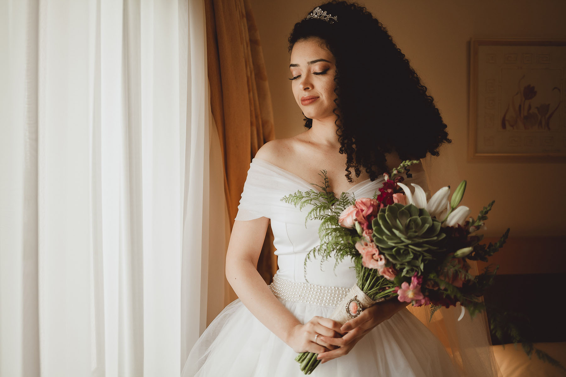 Noiva Cacheada Segurando Buquê de Casamento com Suculenta