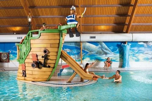 Binnenzwembad op het bungalowpark