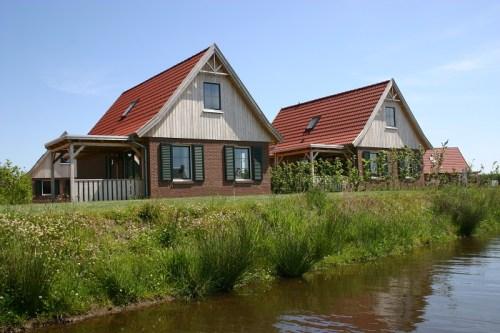Vrijstaande bungalows aan het water op het vakantiepark