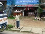 Strassenverkaeufer irgendwo zwischen Pokhara und Mustang