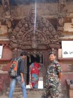 Palasteingang in Bhaktapur mit aussergewoehnlicher Schnitzerei