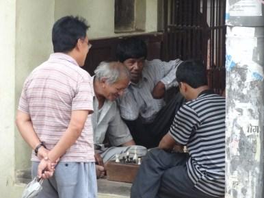 Gemuetliches Schachspiel am Strassenrand in der historischen Stadt Lalitpur (Patan), Kathmandutal