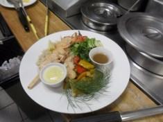 Une brochette de crevette au dîner, ma foi, assez bien dressée !
