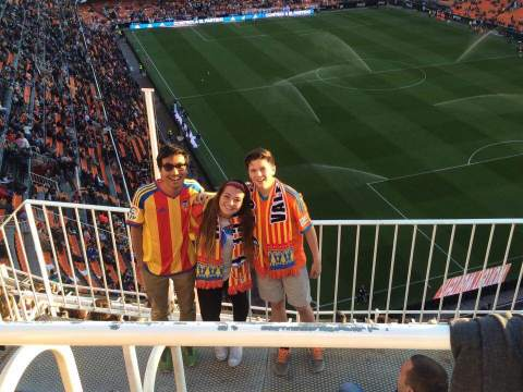 Will (in the right) together with Arfiyandi (from Indonesia) and Meredith (from the USA) during a Valencia CF match.