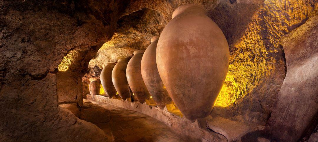 Vasijas de época en las cuevas para la producción de vino.