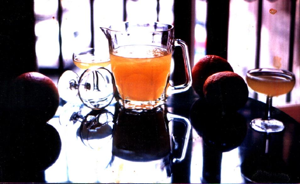 Jarra de Agua de Valencia, copas y naranjas a contraluz, fotografiadas en la Cervecería Madrid por Manolo Gil, hijo de Constante Gil, en 1989. Foto de dominio público.