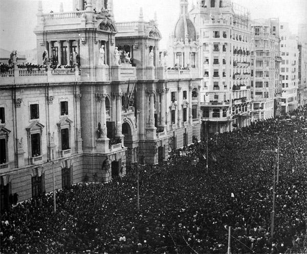 Recorte realizado de alguna publicación de prensa de la época. Concentración masiva ante el Ayuntamiento de Valencia en la Proclamación de la Segunda República en 1931 (Fuente: http://valenciafotografica.com/)
