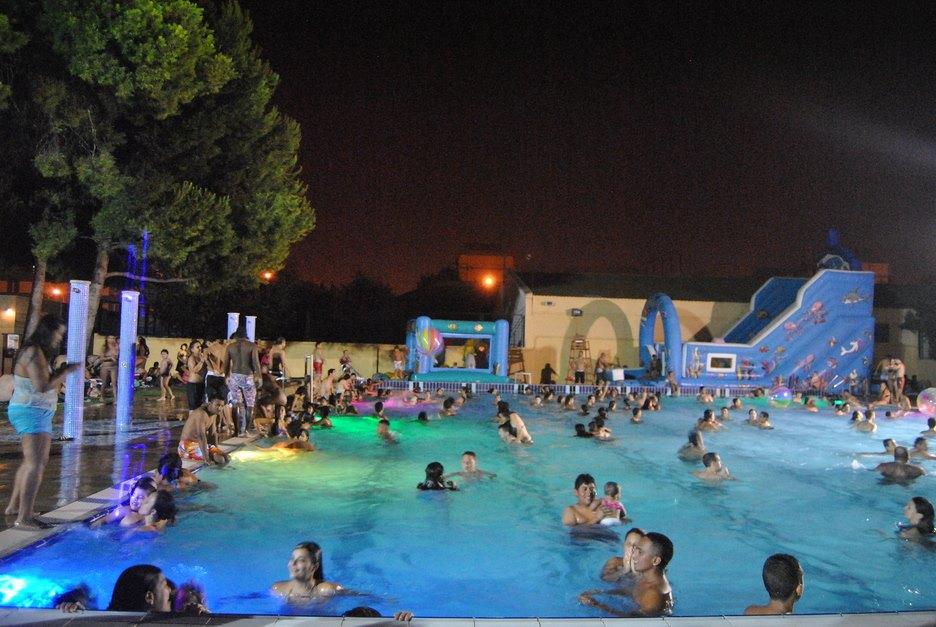 Regresan las aperturas nocturnas de la piscina del Parque del Oeste con fiestas temáticas