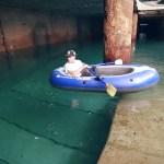 Dos youtubers se cuelan y exploran en barca los túneles inundados de la T2 de Valencia
