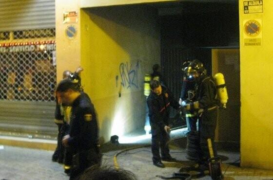 incendio-garaje-pintor-jacomart-bomberos-en-accion