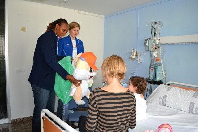 Las jugadoras de Ciudad Ros Casares han visitado a los niños del Hospital Clínico (7)