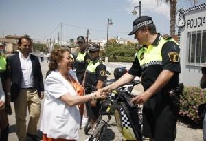 La alcaldesa, Rita Barberá, saluda a uno de los agentes del dispositivo de vigilancia de playas/pepe sapena-ayto vlc