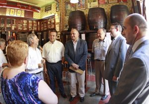 Los representantes del PSPV con Joan Calabuig y Ximo Puig antes de empezar el almuerzo con dirigentes vecinales del Cabanyal