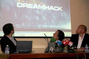 Los responsables del certamen de videojuegos y el vicealcalde de Valencia en la presentación
