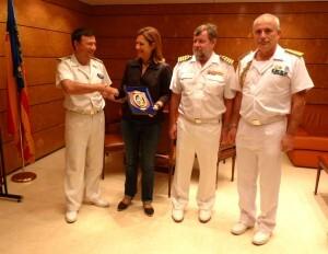 La delegada del Gobierno con los responsables del buque y el comandante naval de Valencia/dgvlc