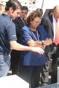 La alcaldesa atiende las explicaciones de un responsable del galeón/ayto. vlc