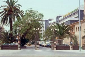Exterior de la Casa de la Salud desde donde se ve la parcela del centro hospitalario