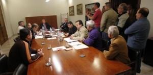 Los miembros del comité de empresa de la EMT en la reunión del consejo con el gerente al fondo a la izquierda