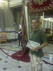 Un turista con un ejemplar del The Times delante de la Senyera/vlcciudad