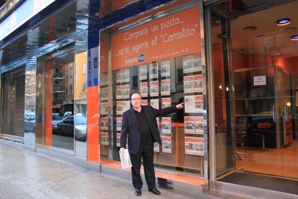 Carlos García Zaragoza a la entrada de su oficina