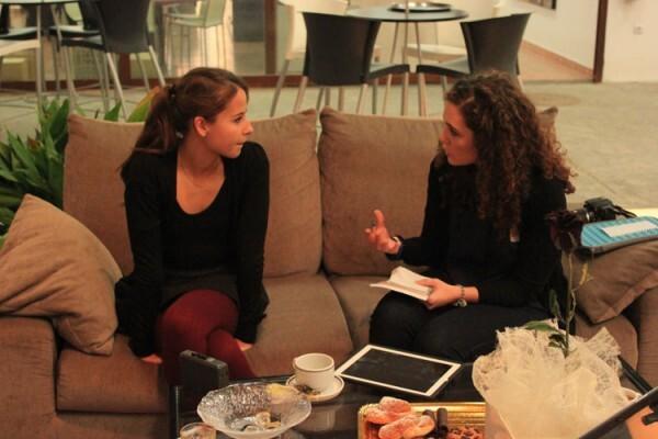 Sara Barbé conversa con Irene durante el encuentro en Obrapropia.