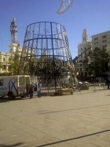 Los operarios de Iluminaciones Ximenez montaban está mañana la infraestructura del árbol de Navidad/vlcciudad