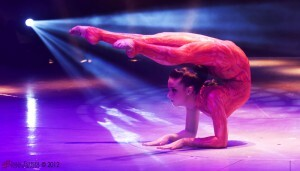Una de las dos contorsionistas valencianas en plena actuación/isaac ferrera