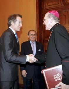 El duque de Alba saluda al arzobispo/alberto saiz