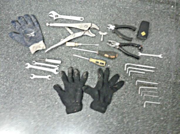 Las herramientos que los agentes le decomisaron al ladrón/plv
