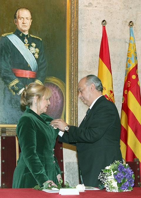 El presidente de la Junta Central Vicentina impone la medalla a la Honorable Clavariesa 2013, Carmen Lapuente/Manuel Guallart